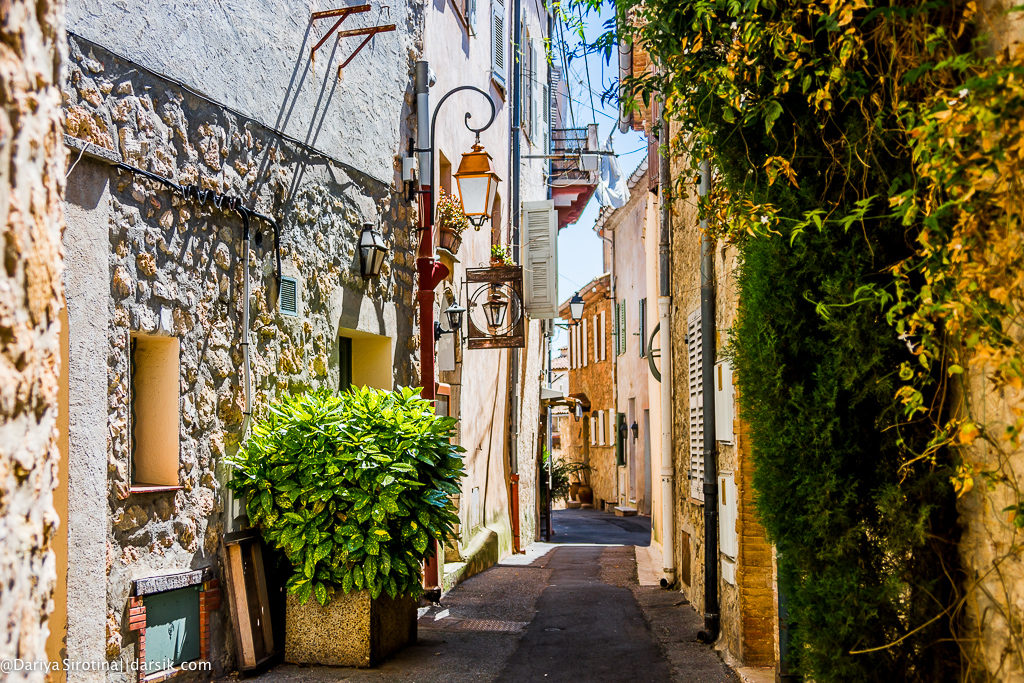 charming narrow streets in Mougins